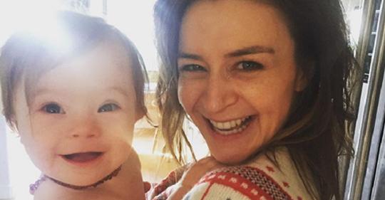 Atriz de 'Grey's Anatomy' tem bebê com down e escreve mensagem emocionante sobre conscientização da síndrome