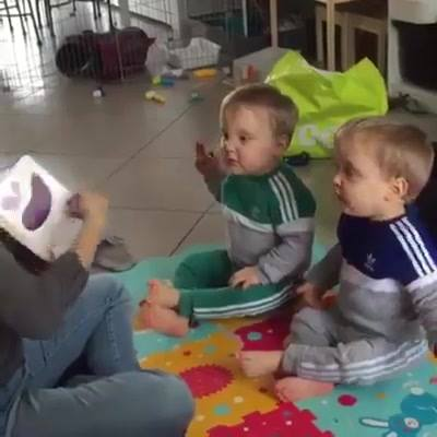 Contação de histórias em língua de sinais para bebês com deficiência auditiva.