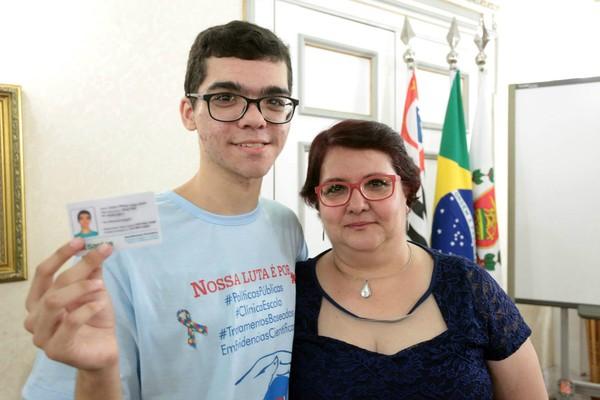 Carteira de identificação possibilita atendimento prioritário para pessoas com deficiência em Santos