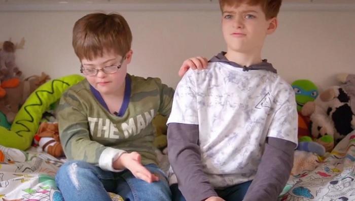 """""""Ele é o melhor homem do mundo"""", diz garoto com síndrome de down sobre irmão, em série britânica"""