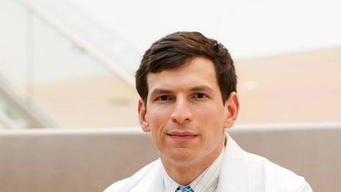 Médico descobre a cura de doença rara em seu próprio corpo