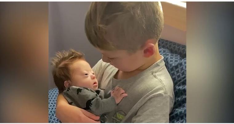Garoto canta todos os dias para seu irmãozinho com síndrome de Down!